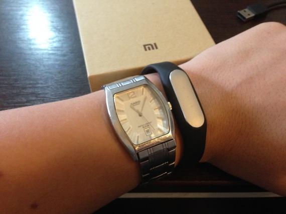 Xiaomi MI Band на руке с часами