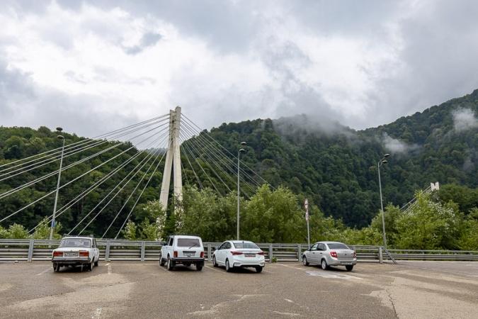 Вид с парковки на подвесной мост новой трассы Сочи-Красная Поляна